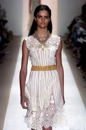 Белое платье с ажурными вставками