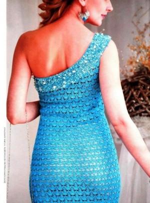 Голубое платье с открытым плечом